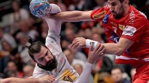 Jorge Maqueda recibe la falta del austríaco Bozovic en el partido de Viena