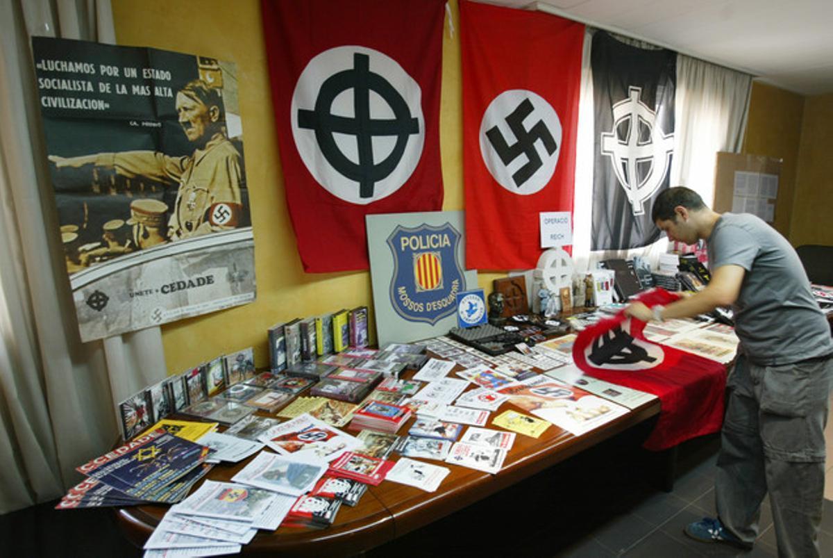 Material de ideología neonazi incautado en la librería Kalki, en una imagen de archivo.