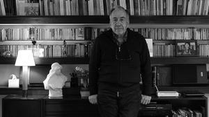 El poeta Joan Margarit, en su estudio, rodeado de libros.
