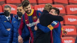 Koeman se abraza con Messi tras la clasificación para la final.
