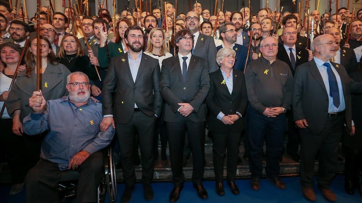Puigdemont, rodeado de los 'exconsellers' que están con él en Bruselas y de los 200 alcaldes que se desplazaron a la ciudad el martes.