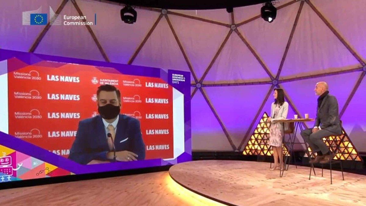 Un regidor de València utilitza la mascareta per fer 'playback' i simular que parla en anglès