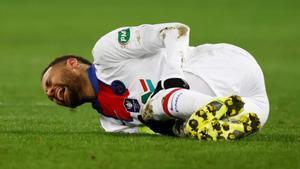 Neymar se duele en el partido ante el Caen.