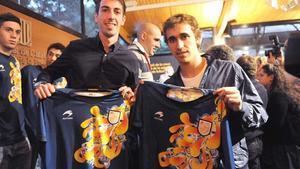 Isaac Cuenca y Marc Muniesa muestran la nueva camiseta.