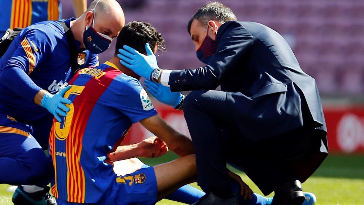 Busquets examinado por el doctor Xavier Yanguas tras el golpe recibido en la cabeza.