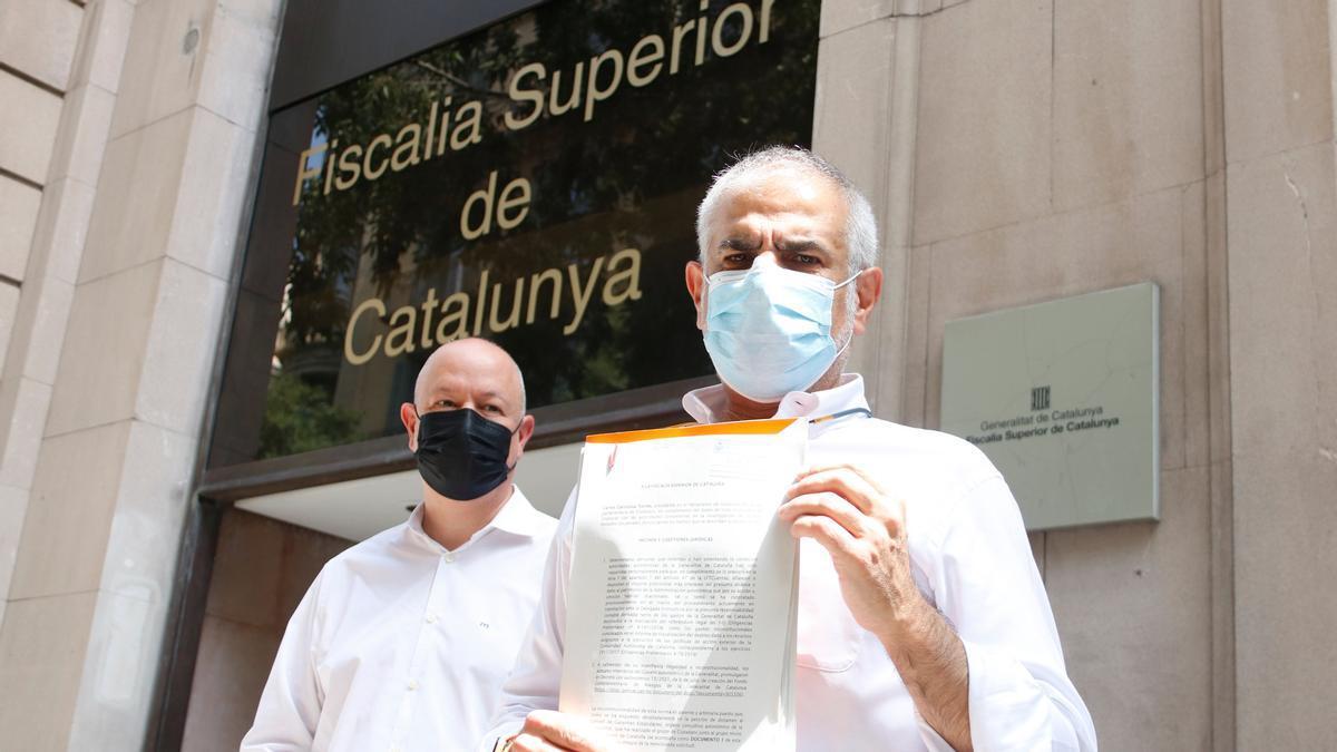 El líder de Cs, Carlos Carrizosa, junto al diputado Joan García a las puertas de la Fiscalía Superior de Justícia de Catalunya.