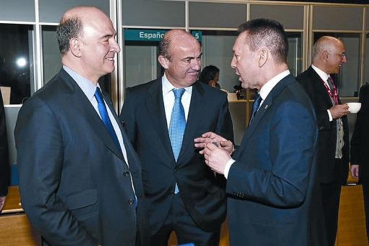 El ministro Guindos, en el centro, con sus homólogos francés, Pierre Moscovici (izquierda), y griego, Yannis Stournaras. ayer, en Dublín.