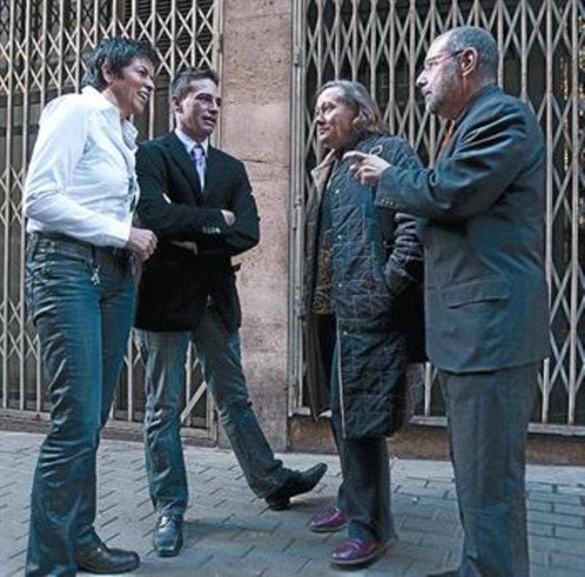 El local, cerrado, que albergó el Daniel's 8 De izquierda a derecha, Maria Giralt, Cèsar Martínez, Lupe Pulido y Jordi Petit, ayer.