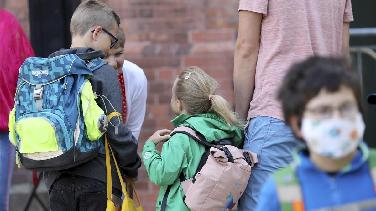 Una profesora recibe a sus alumnos en el regreso a las aulas en el estado alemán de Mecklemburgo-Pomerania Occidental.