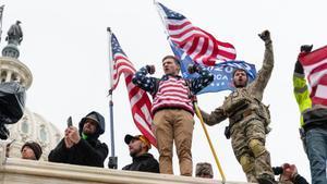 Seguidores de Trump en el exterior del Capitolio.