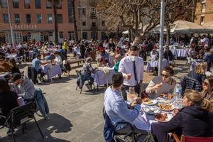 Terrazas llenas de clientes en la Barceloneta, en marzo.