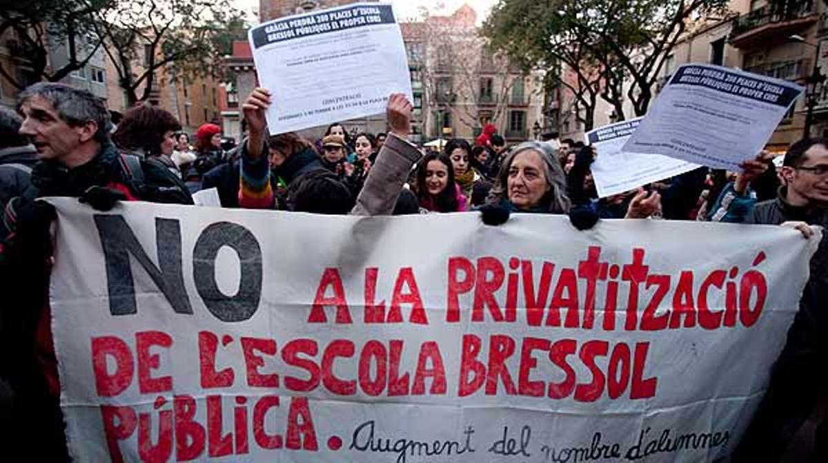 Padres y profesores protestaron el pasado 3 de febrero en Gràcia contra la privatización de las 'escoles bressol' en Barcelona.
