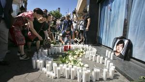 Improvisado altar con flores y velas enlapuerta del local Zich, del Port Olímpic, donde fue atacado el joven chino fallecido.