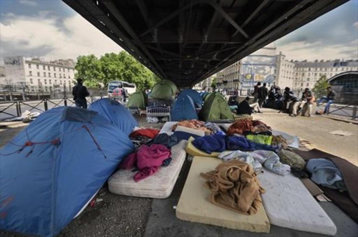 Campamento ilegal bajo las vías del tren situado en las cercanías de la Porte de la Chapelle de París, el pasado mes de mayo.