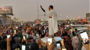 Una mujer que canta a la revolución, símbolo de las protestas en Sudán.