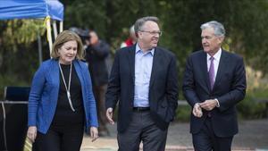 Los presidentes de los bancos centrales de Kansas City,Esther George yde New York, John Williams, conversan con el presidente de la Fed, JeromePowell, en Jakson Hole.