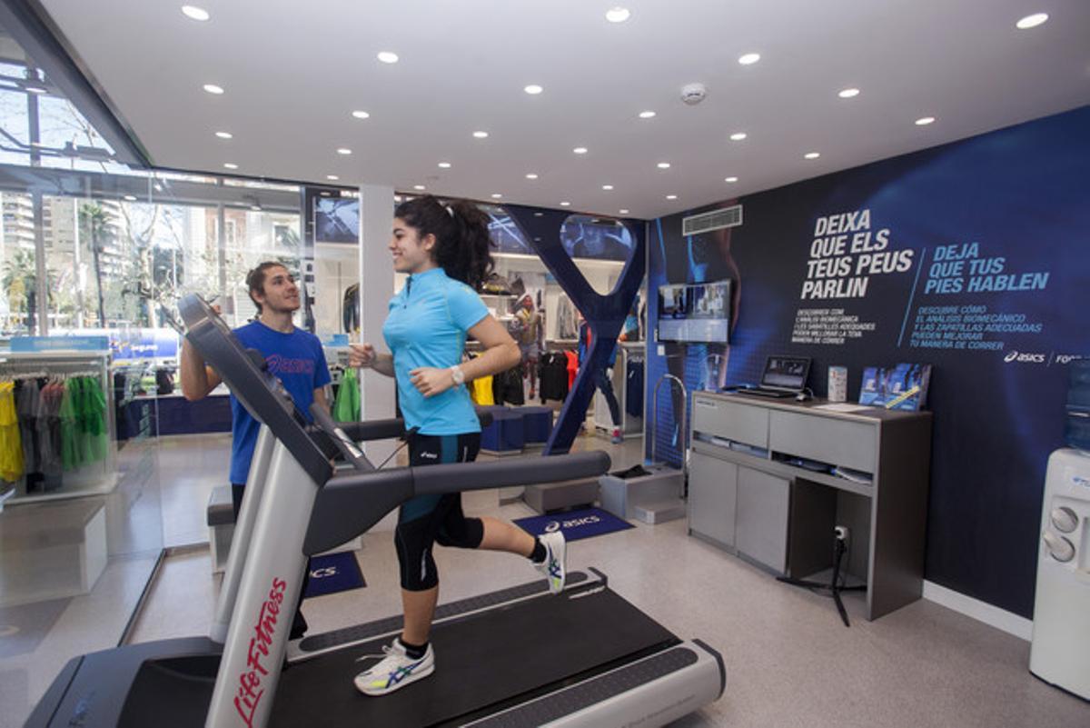 Una corredora efectúa una prueba de análisis de pisada en la tienda Asics de Barcelona.