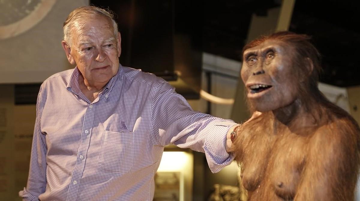 Donald Johansondescubridor del Australopithecus afarensisLucy, al lado de una reproducción artística del homínido en CosmoCaixa (Barcelona)