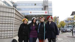 Absoltes dues activistes de Femen per encadenar-se a l'altar de l'Almudena
