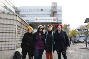 Las dos activistas (centro) juzgadas por la protesta en la catedral de la Almudena en junio del 2014.