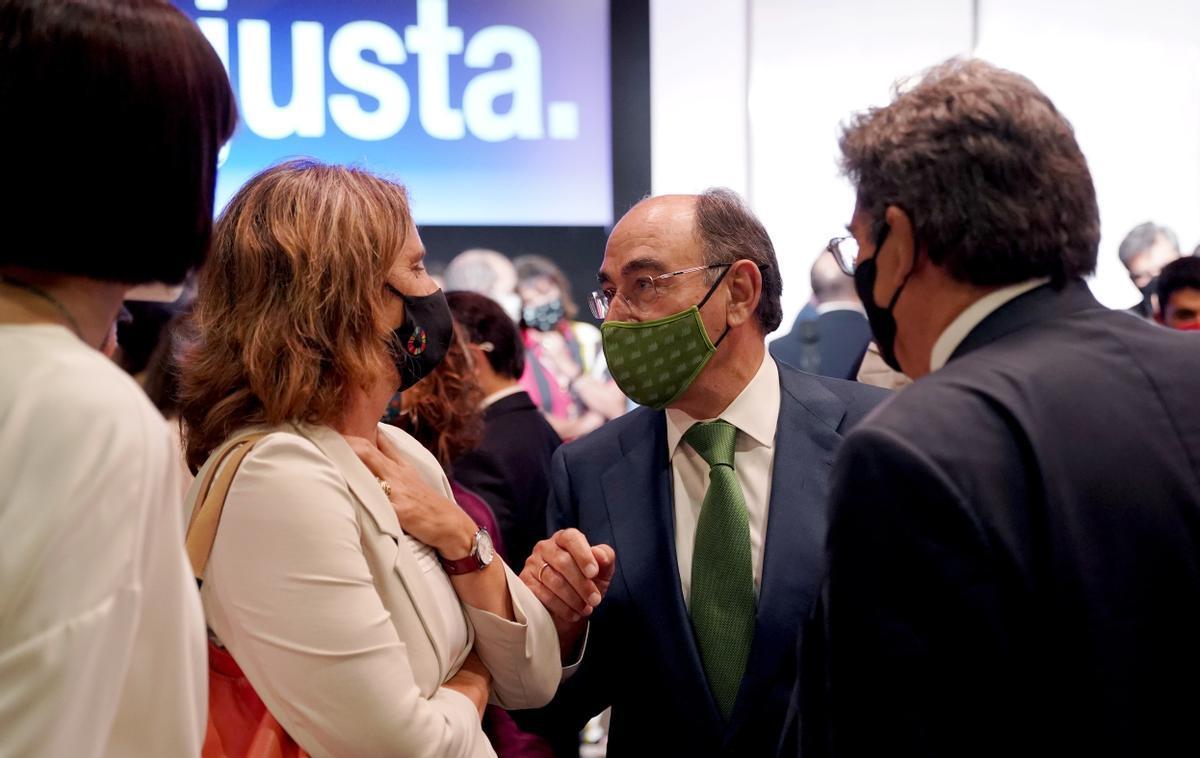 Teresa Ribera, ministra de Transición Ecológica, conversa con José Ignacio Sánchez Galán, presidente de Iberdrola, en presencia del ministro de Seguridad Social, José Luis Escrivá.