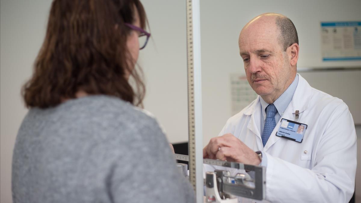 El endocrinólogo Albert Goday con una paciente en el Hospital del Mar.