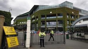 Guardias de seguridad, este lunes, en la entrada a Wimbledon.