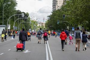 Transeúntes caminan por una de las calles peatonalizadas en Madrid.