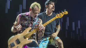 Michael 'Flea' Balzary (izquierda) y Anthony Kiedis, en un momento del concierto, anoche, en el Palau Sant Jordi.