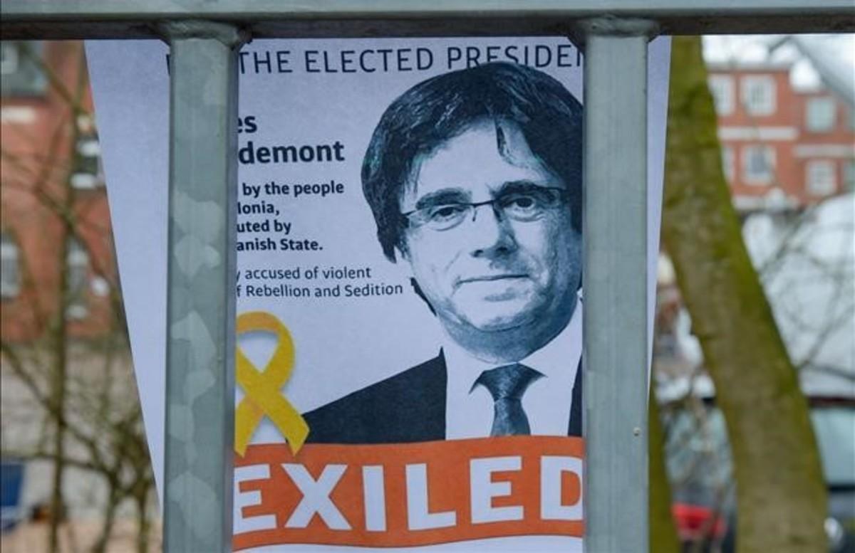 Cartel de apoyo a Carles Puigdemont en la entrada de la prisión deNeumünster