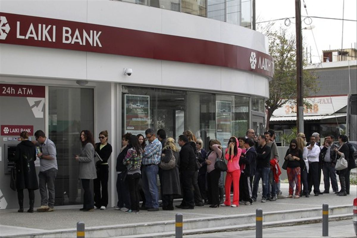 Colas de ciudadanos ante un cajero del Laiki Bank en Nicosia. REUTERS