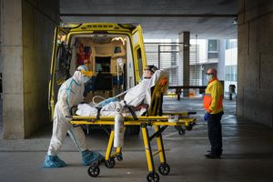 Un enfermo llega en ambulancia al Hospital de Bellvitge.