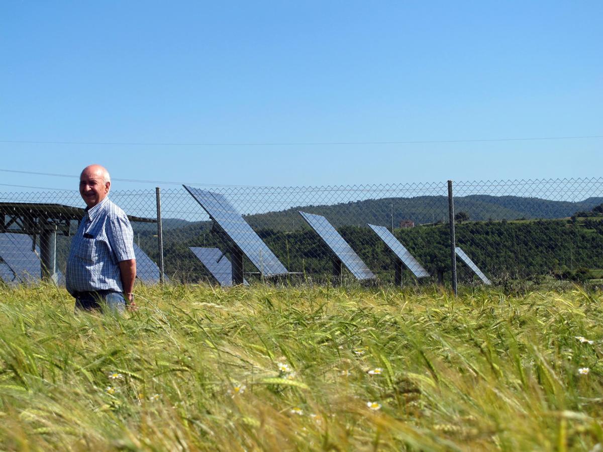 Valentí Riera, alcalde de Aguilar de Segarra, junto a las placas solares que instaló en el 2008.