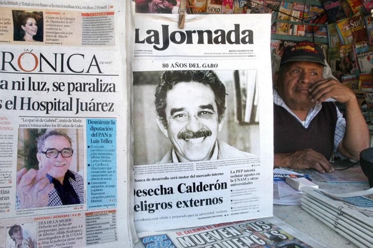 Portada del diari mexicà 'La Jornada', que en l'edició del 6 de març del 2007 va difondre per primera vegada una fotografia feta fa 30 anys a l'escriptor colombià Gabriel García Márquez amb els efectes del presumpte cop de puny que li va clavar Mario Vargas Llosa i que va posar fi a l'amistat entre tots dos.