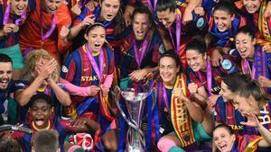 Las jugadoras del Barça, con el trofeo de la Champions.