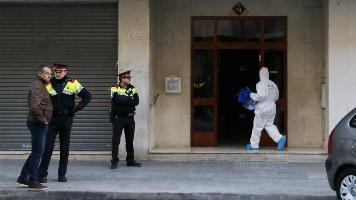 Fachada del edificio, en Reus, donde un hombre ha matado presuntamente a unamujer y se ha lanzado al vacío.