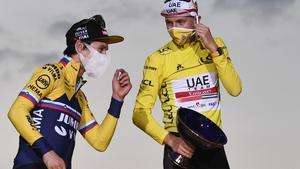Primo Roglic (izquierda), junto a Tadej Pogacar, de amarillo, en el podio del Tour 2020.