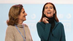 La ministra chilena de Medio Ambiente, Carolina Schmidt(derecha), sonríe junto a su homóloga española, Teresa Ribera, al inicio de la Cumbre del Clima de Madrid.