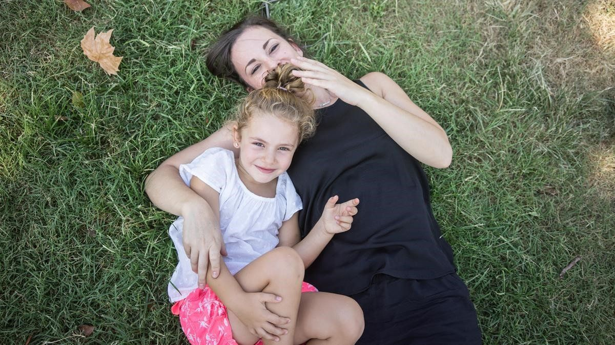 La pequeña Emma junto asu madre, Georgina, quien pasó por un proceso de reproducción asistida