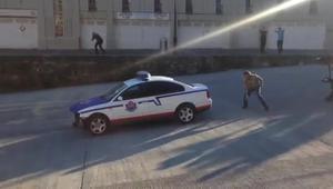 Gravació de l'escena de la sèrie d'Antena 3 'Allí abajo' enque un cotxe la policia esprecipita a l'aigua.