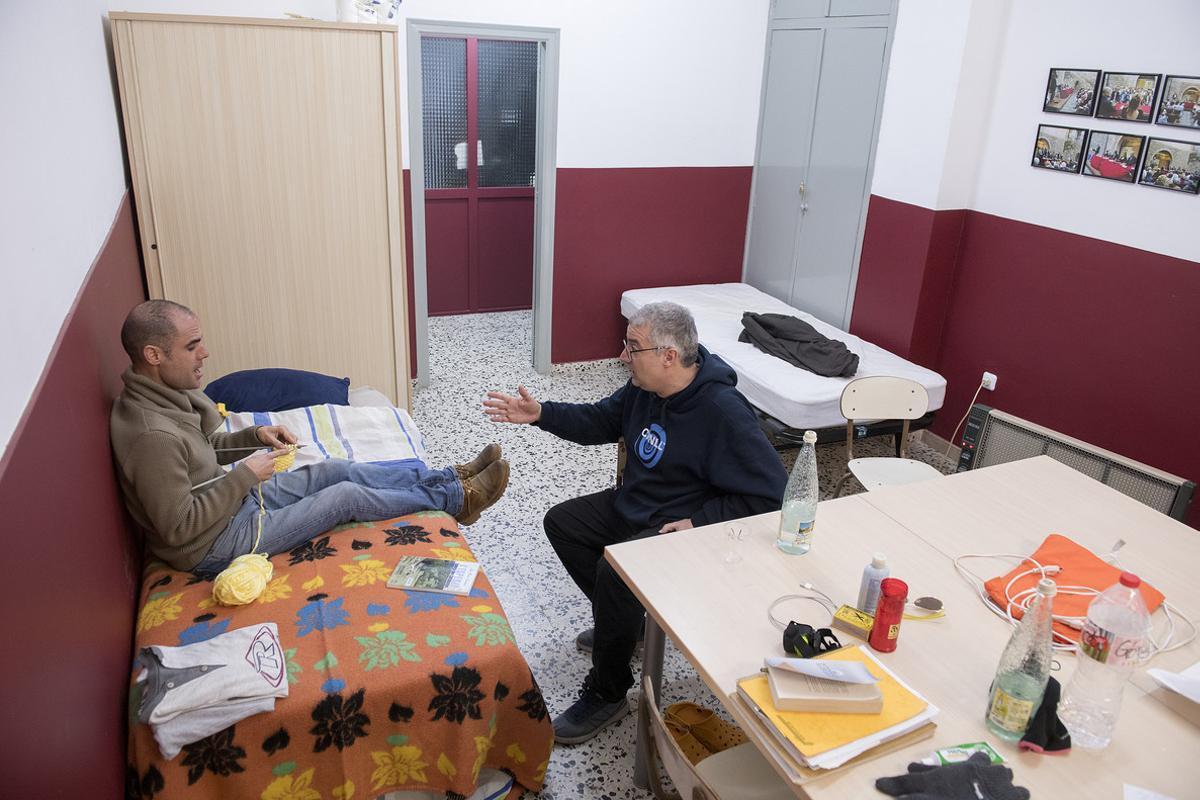 Dos personas en el ayuno de la ANC organizado en Cornellà el pasado mes de diciembre.
