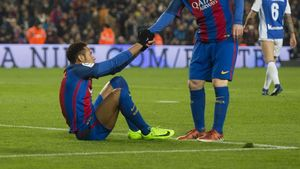 Neymar se apoya en un compañero para levantarse /Jordi Cortina