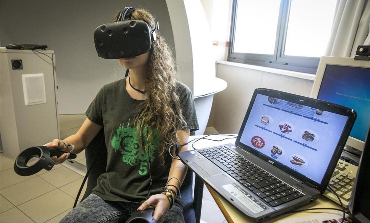 Una paciente con anorexia utiliza un programa que simula estar en un restaurante.