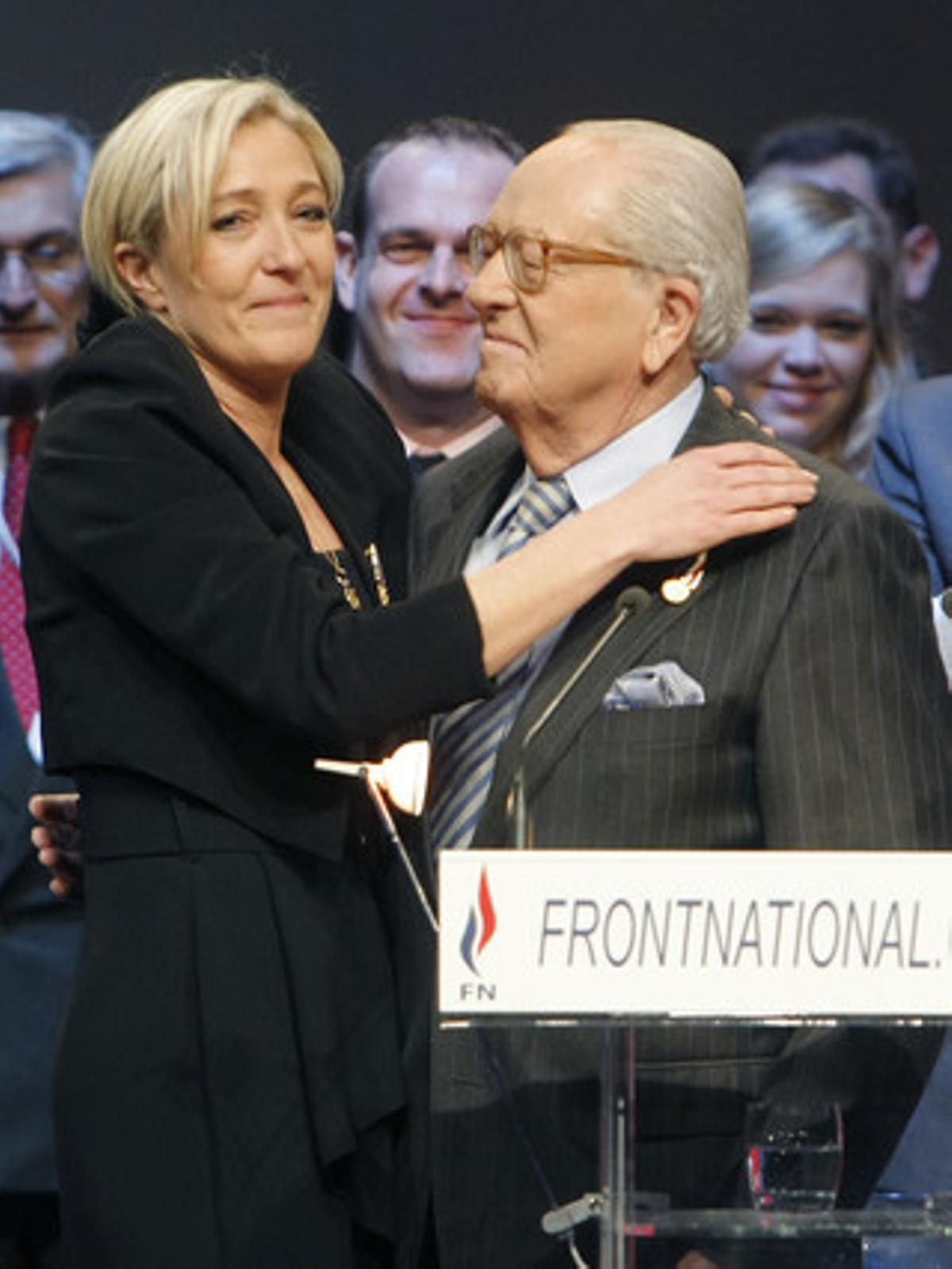 Marine Le Pen abraza a su padre en el congreso del Frente Nacional.