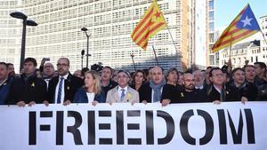Alcaldes independentistas muestran, en Bruselas, su apoyo al Govern cesado.