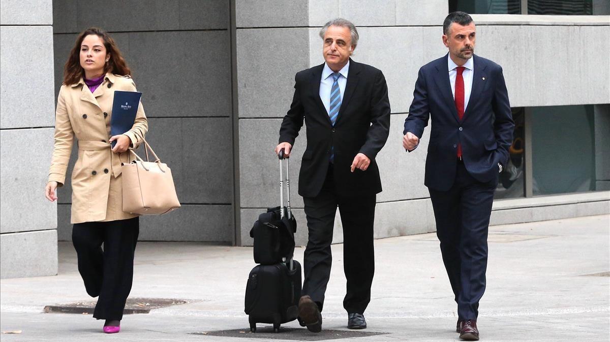 Santi Vila (derecha) llega a la Audiencia Nacional con su abogado Pau Molins.