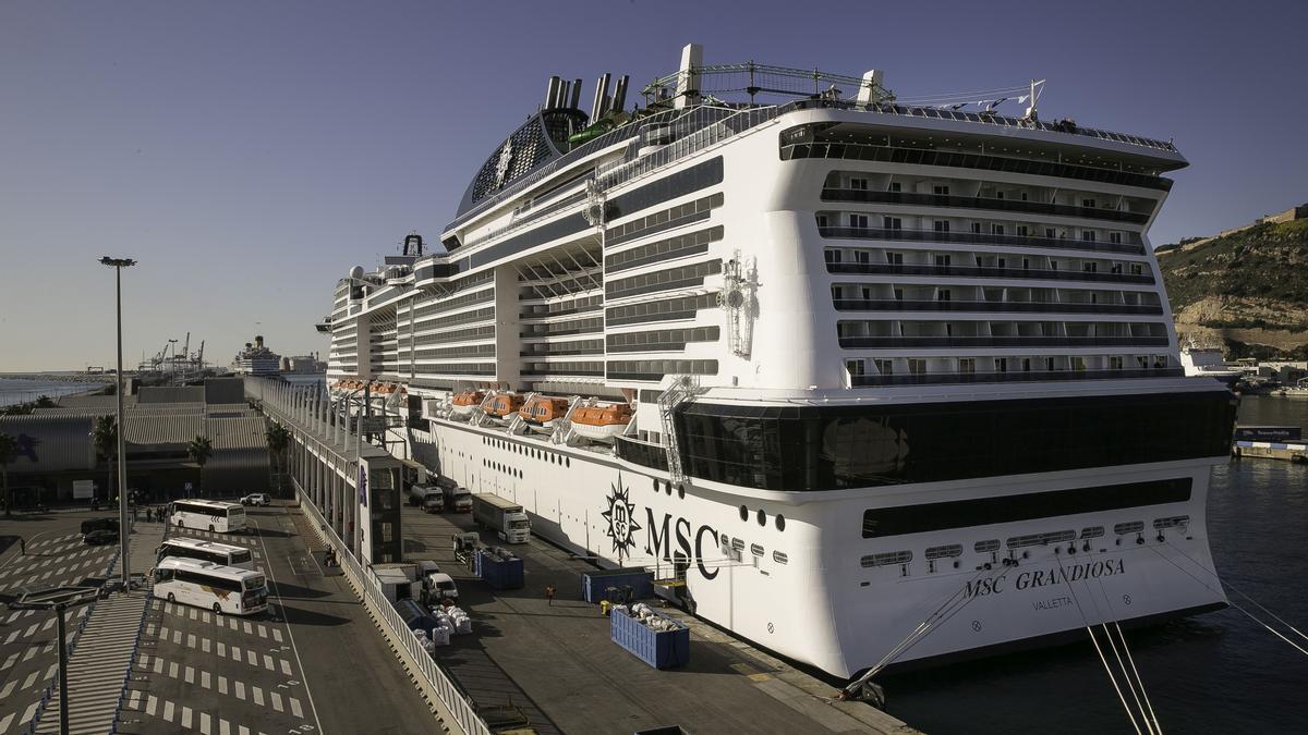 Crucero MSC Grandiosa, en la terminal A del puerto de Barcelona.