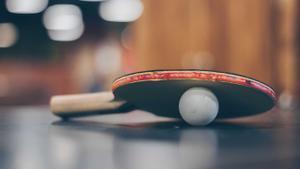 Una pala y una pelota de ping-pong.