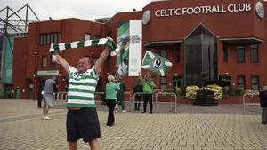 Uno de los aficionados del Celtic que acudió a las puertas del estadio para celebrar el título de Liga.