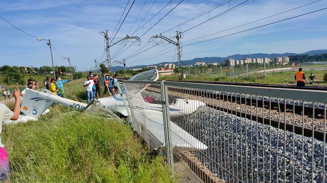 Una piloto herida tras estrellarse su avioneta contra las vías del tren en Sabadell